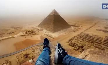 Парень залез на пирамиду